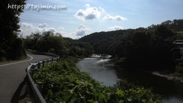 土岐川沿いの道