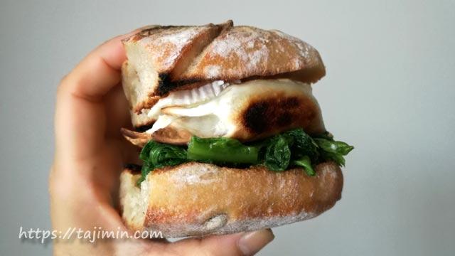 N2[エヌ・カレ]のパンでサンドイッチ