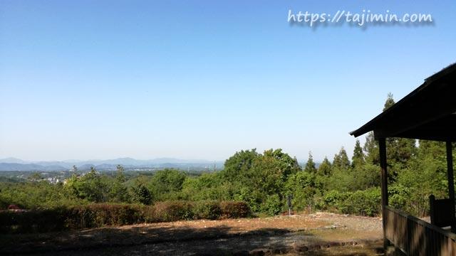 深山の森の展望台