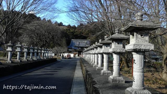 普賢寺と灯篭